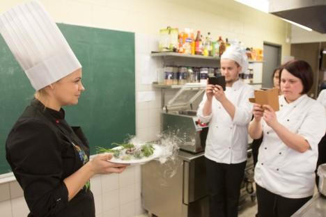 ETTEVALMISTUSED: Üks kõrgema taseme eksamiks valmistuvatest kokkadest Triin Teesalu on n-ö soojendusroa ära teinud. Teda pildistavad Tanel Tammeveski ja Evely Karma. RAUL VINNI