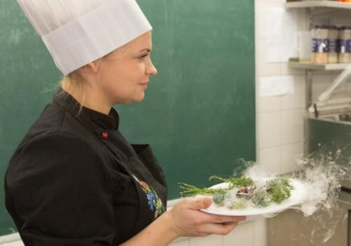 Kuressaare ametikoolis andsid eile oma oskustest aru toitlustuskorralduse õpilased, kes taotlevad kokaameti 5. taset. See on kõrgeim, mida kokk saada võib ning sisuliselt tähendab see peakoka ametipaberit. Ametikoolis oli see […]