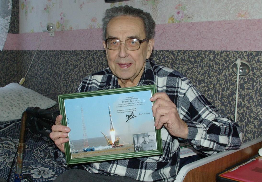 Eelmise aasta lõpus oma 81. sünnipäeva tähistanud Nõukogude kahurväe major Sulev Truuväärt(pildil) sai hiljuti meeldiva üllatuse osaliseks, kui temani jõudis Moskvast saadetud tänukiri kosmonaudi allkirjaga. Nimelt õnnitles Baikonuri kosmodroomi veteranide […]