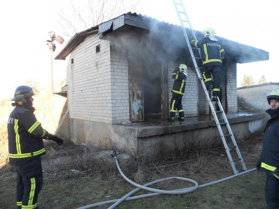 Eile kell 15.42 said päästjad väljakutse Kuressaarde Kibuvitsa tänavale, kus põles keldriga kokkuehitatud kasutuseta hoone, mõõtmetega umbes 4 x 7 meetrit. Põlengule pandi piir kell 15.52, lõplikult likvideeriti tulekahju kell […]
