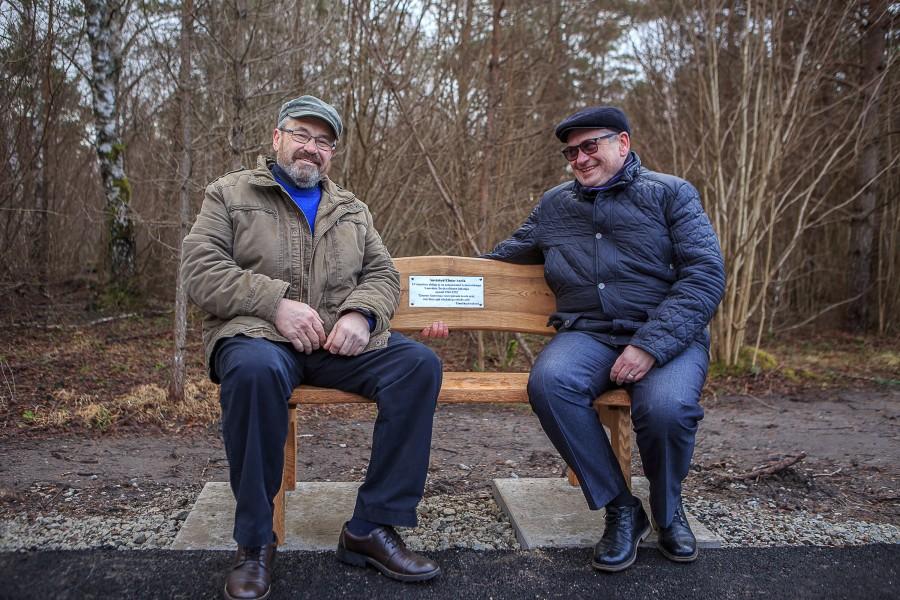 """Eile, teenelise teedeehitaja, Saaremaa teedevalitsuse juhataja Elmar Aaviku 90. sünniaastapäeval, paigaldati mehe mälestuseks Pihtla ja Vätta teeristi lähedale kergliiklustee äärde nimeline pink. """"Mõtlesin selle peale juba tükk aega tagasi, kuidas […]"""