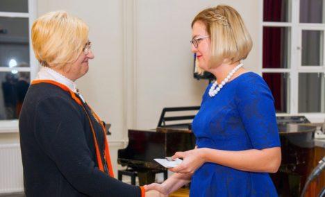 LAUREAAT: Üks teenetemärgi saajatest oli Anne Keerd, kellele annab tunnustuse üle vallavolikogu esimees Marili Niits. KALMER SAAR