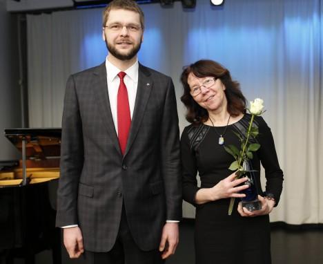MINISTER TUNNUSTAS: Tervise- ja tööministri Jevgeni Ossinovski tunnustuse pälvis ka psühhiaater, psühholoog ja pereterapeut Ülle Saar. OLEV MIHKELMAA