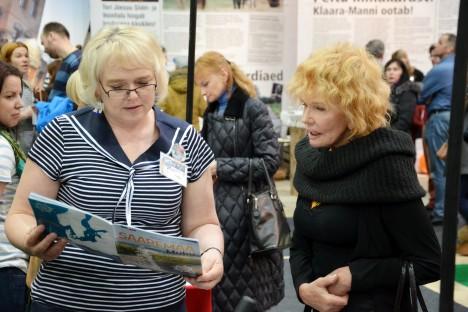 MIS SAAREMAAL UUDIST? Turismispetsialist Kati Aus jutustab Saaremaast paljude reisisaadete toimetajale Tiina Pargile. KRISTINA MÄGI