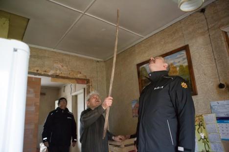 FOTO: ANDURIT KONTROLLIMAS: Eimar Kivil on selleks ülesandeks vajalik riist käepärast. Tagapool seisab Aivar Mänd ja eespool Gerhard Rooda. RAUL VINNI
