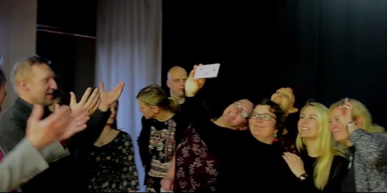"""Kuressaare gümnaasiumi õpetajad valmistasid omalt poolt täna koolis toimuvale Playbackile ehk staarijäljendusele ühe laulu ette. Nende paroodianumbriks oli aastavahetusel kõvasti kõmu tekitanud Tujurikkuja saates kõlanud """"Ei ole üksi ükski maa"""". […]"""