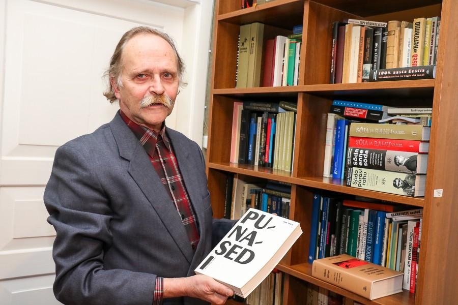 """Saaremaa muuseumi teadusdirektor Olavi Pesti hoiab vaimu vahedana kultuuriajakirjade lugejana, ent igal aastal satub talle kätte ka mõni väga hea raamat. """"Öökappi mul pole, raamatuid siiski loen, aga kahjuks liiga […]"""