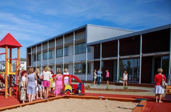 Eeloleval esmaspäeval alustab OÜ Klotoid Kuressaare Ida-Niidu lasteaia territooriumil murukatte uuendamisega. Seetõttu ei saa mänguväljakut ajutiselt tööpäeviti pärast kella 18 ja nädalavahetustel kasutada, teatab linnavalitsus.