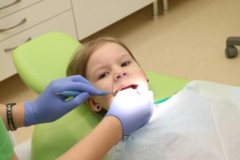 HAMBAD TERVED: Kolmapäeval käis hambapolikliinikus hambaid kontrollimas nelja-aastane Maria-Andra. Hambaarst Reena Reinväli kinnitas, et kõik on korras. IRINA MÄGI