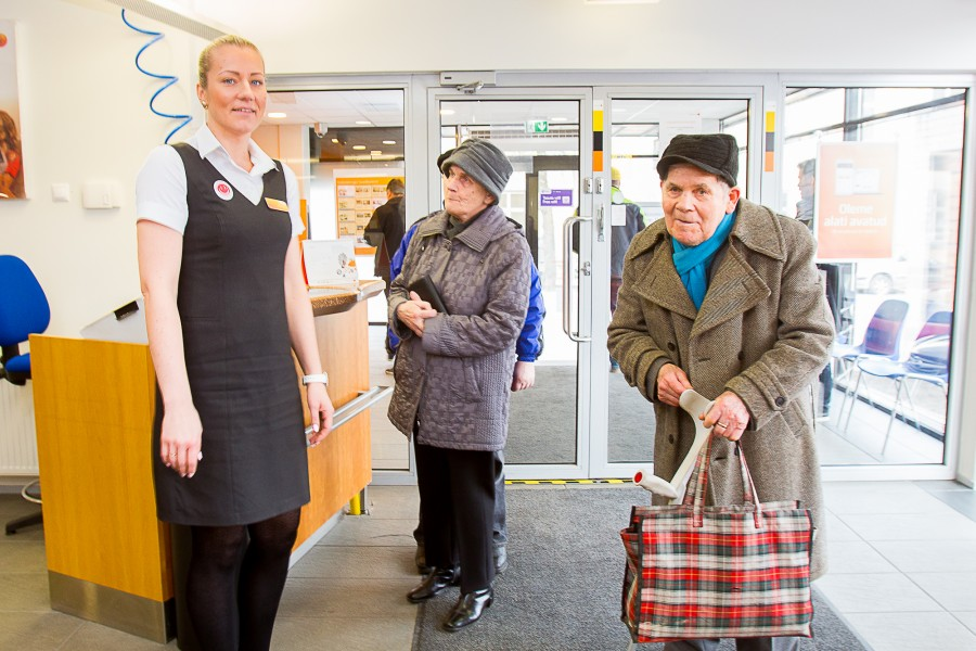 Swedbanki Kuressaare kontor on paar nädalat rakendanud uutmoodi teenindust – enam pole kontorisse sisenedes tarvis järjekorramasinast numbrit võtta. Nüüd tõttab teenindaja kliendile juba uksel vastu. Swedbanki Kuressaare kontori juhataja Liilia […]
