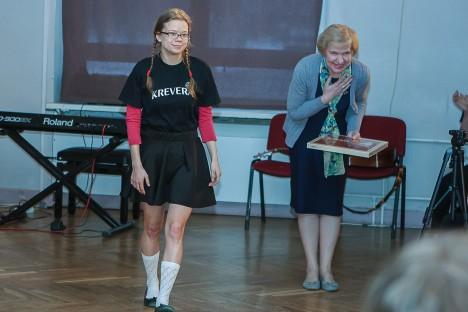 KREVERA SÜNNIPÄEVAL: Lisaks miniteatripäevadele oli 25. sünnipäev tänavu ka luuleteatril Krevera, mille juhendaja Rita Ilves on. Pildil on Rita Ilves koos Anni Poldinguga.   TAMBET ALLIK