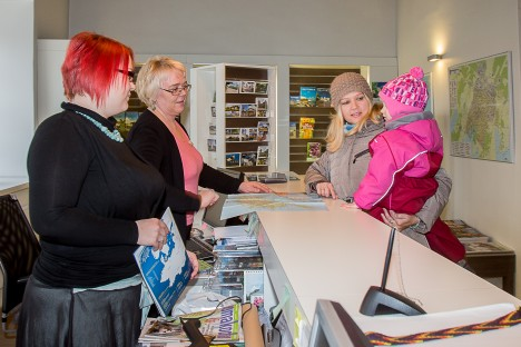 KA SAARLASED ASTUVAD LÄBI: Kristina Mägi ja Kati Aus räägivad kuressaarlasele Helen Kruudile ja 3-aastasele Kätlinile, et Saaremaal on palju põnevat ka laste jaoks.  MAANUS MASING