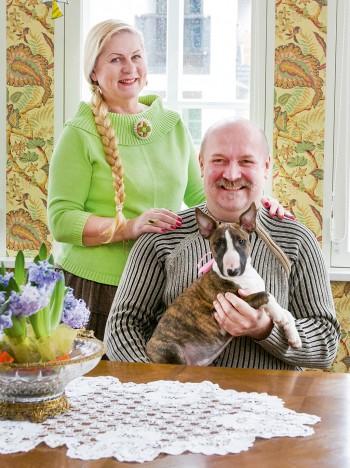 Krista ja Urmas Heinmaa koos perre lisandunud uue liikme – kääbus-bullterjer Lilliga. Foto: IRINA MÄGI