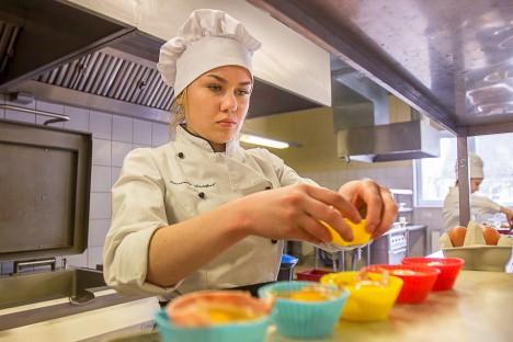 MUNAD VORMI: Kristiine Kallas kasutas munaküpsetuseks silikoonist muffinivorme. MAANUS MASING