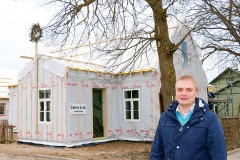 Saare Ereki juhataja Kaarel Väer  valmiva moodulmaja taustal. Foto: IRINA MÄGI