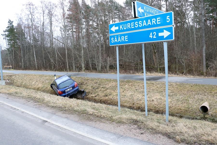 """Eile hommikul oli Nasval Sõrve maantee ja Lahe tee ristmiku juures kraavis sinine sõiduauto Nissan Almera. """"9. märtsil kell 5.26 sai häirekeskus teate, et Kuressaare–Sääre maantee viiendal kilomeetril oli juht, […]"""