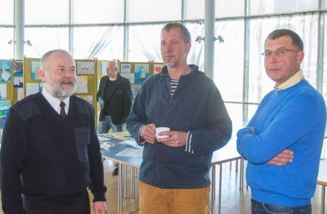 KOLM MEREKARU: Mart Saarsol, Jaan Tättel ja Meelis Saarlaiul on, mille üle mõtteid vahetada. MAANUS MASING