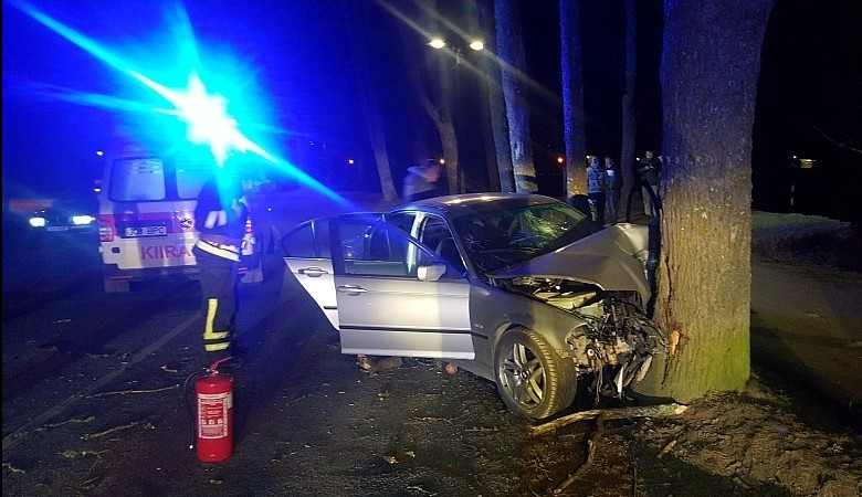 13. märtsil kella 2.24 sõitis sõiduauto BMW 320I Kuressaare pargi ääres Kalda puiesteel paremkurvis vasakule teelt välja vastu puud. Sõidukis viibinud 23-aastane Kristjan toimetati Kuressaare haiglasse. Esialgsetel andmetel ei olnud […]