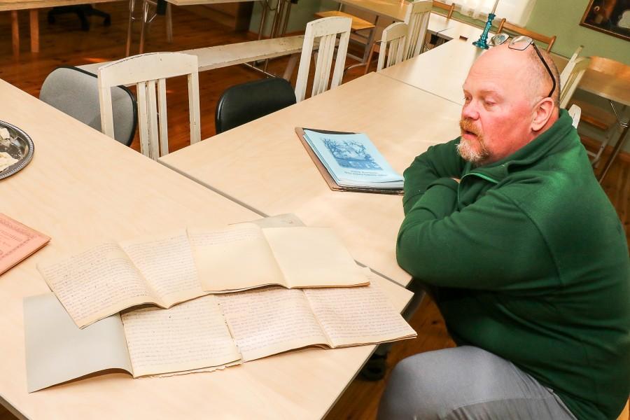"""Kuressaare EAÕK Püha Nikolai kiriku vaimulik isa Roman leidis eile kirikutornis asuvast panipaigast viis vihikutäit sakslasest sõjavangi kirjapandud mälestusi. Nüüd palub ta lehelugejatelt abi, et tuvastada päeviku autorit. """"Leidsin kirikutornist […]"""