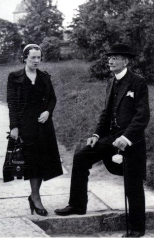 FOTOMEENUTUS TALLINNAST: Eelmise sajandi 30. aastate lõpus jäid Tornide väljakul pildile Martha Trei ja Ernst Heinrichsen. SAAREMAA MUUSEUM