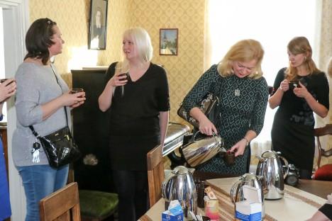 KESKUSTELUS: Piret Rauk, Mari-Liis Pärn, Marit Tarkin ja Kristiina Maripuu enne ettekande algust.  IRINA MÄGI