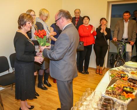 TÄNU TÖÖ EEST: Riigiarhivaar Priit Pirsko kingib arhivaar Heli Vipile lilled tänuks tehtud töö eest. MAANUS MASING