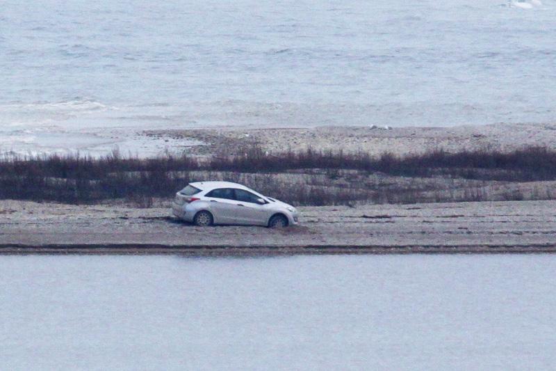 """Reedel postitas Sõrve linnujaamas toimetav Mati Martinson oma jaama päevaraamatusse fotod ülbest autojuhist, kes oli oma sõiduriistaga Sõrve säärel pea veepiirini sõitnud. Paraku jäi väike auto liiva kinni. """"Mingid aastad […]"""