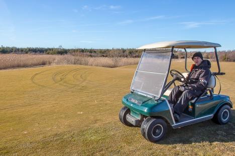 KURB: Golfiväljakute hooldaja Heiki Paalberg ütles, et rikutud muru on küll taastatav, kuid milleks üldse selliseid lollusi teha? MANUS MASING