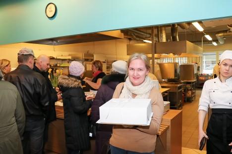 ESIMENE ÕNNELIK: Üks esimesi, kes eile tordi ostis, oli Heidi Johanson. IRINA MÄGI