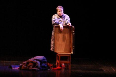 TÜHI KOHVER: Žanna (Ellen Teemus) heietab mälestusi. MARGUS LEPIK