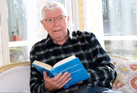 ÜHISTULISE TEGEVUSE EESTVEDAJA: Aastakümneid Saaremaa tarbijate ühistu juhatuse esimehena ja tööstuskombinaadi Varma direktorina töötanud Valdek Kraus tegutses viimased paarkümmend aastat korteriteühistutega. Veebruarikuust naudib majandusmees pensionipõlve. IRINA MÄGI