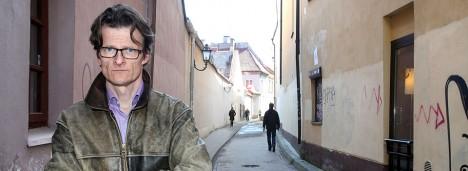 SEISUKOHT: Rootsi ajakirjanik Påhl Ruin Vilniuse vanalinna tänavatel. Tema arvates on demokraatia tugevuse üks näitajaid suhtumine pagulastesse – mida tugevam demokraatia, seda sallivam suhtumine. PAHLRUIN.COM
