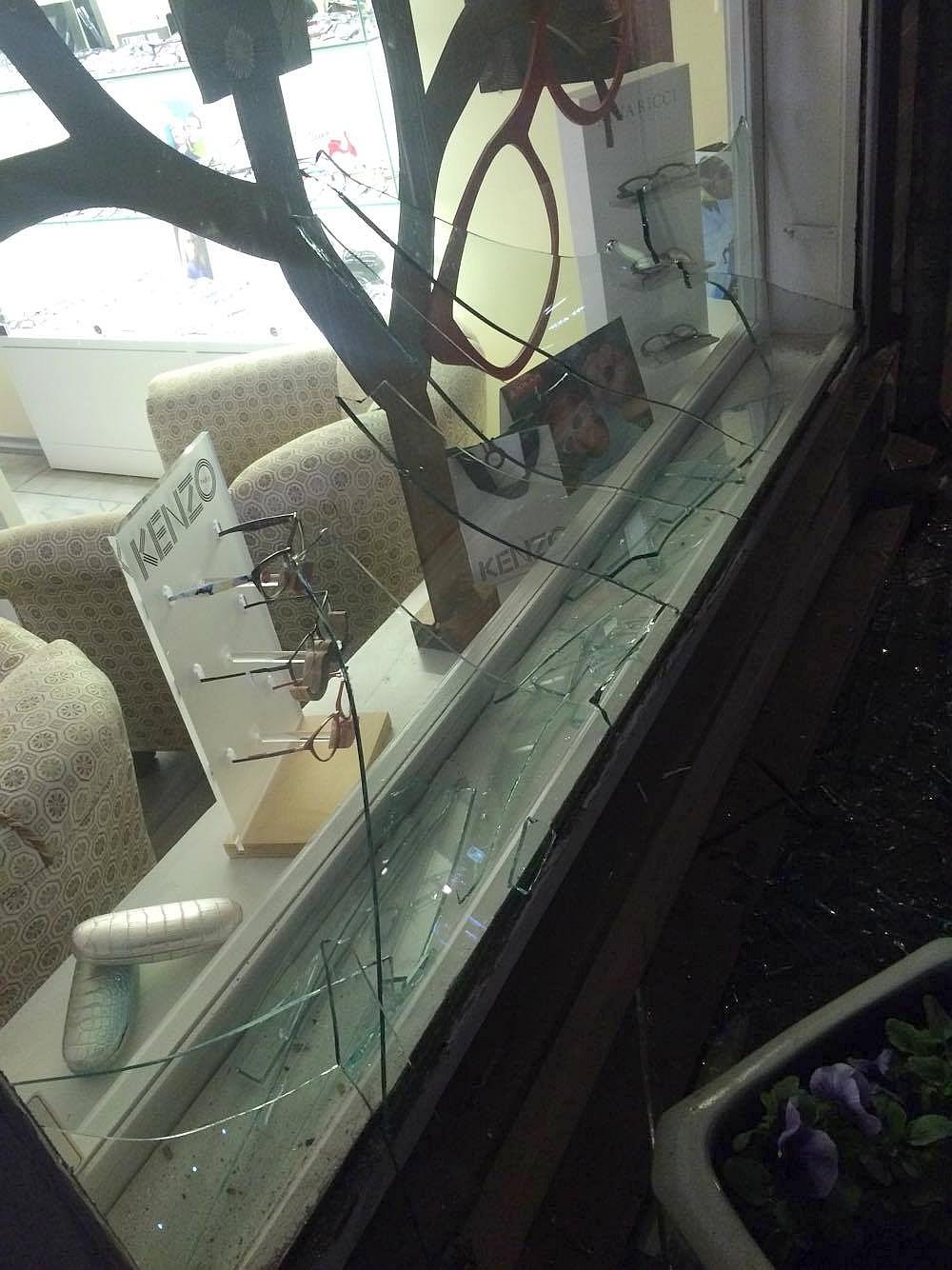 Kuressaares jäiöösel vastu laupäeva, 23. aprilli kellelegi ette Kohtu tänaval asuva Norman Optika kauplus. Saarte Hääle toimetusele laekunud fotode kohaselt oli kaupluse aken sisse löödud ning selleees olev kõnnitee kildudega […]