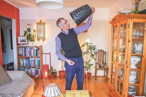 LAMP MISSUGUNE! Aukudega paberikorvist saab suurepärase lambikupli, demonstreerib Aare Martinson. MAANUS MASING