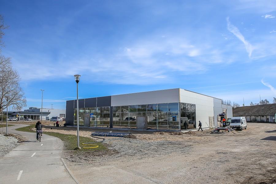 Kuressaare peatänava ääres jõudsalt edenev Škoda, Renault' ja Dacia autokeskus avab uksed veidi enam kui kuu aja pärast. Lemet OÜ juhatuse liige Igor Leemet rääkis Saarte Häälele, et uue Škoda, […]
