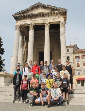 PULA KESKVÄLJAKUL: Maalilisel Istra poolsaarel tutvusid kooriliikmed ja dirigendid nii mõnegi vaatamisväärsusega. ERAKOGU