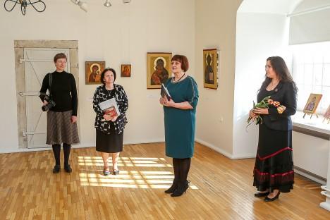 AVAMISEL: Pildil on näituse kuraatorid Inga Heamägi ja Sirje Säär, Kuressaare Kultuurivara kunstikuraator Lii Pihl ja Raekoja administraator Jana Kiil. MAANUS MASING