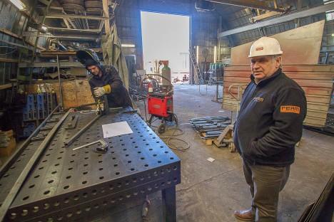 METALLIMEES: Aarne Brokmann näitab keevitaja Tomek Reinarti juures, milline see metalliga töötamine õigupoolest on. RAUL VINNI