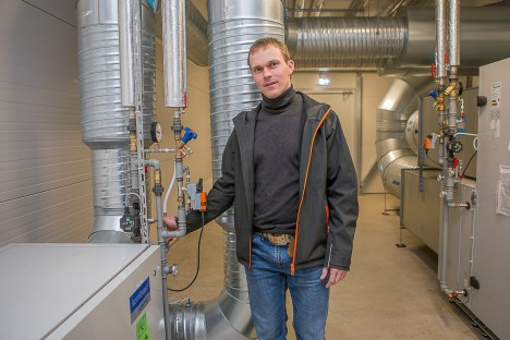 TEHTUGA RAHUL: Firmajuht Indrek Sink vaatab tööd üle – Kuressaare spordihoone väikese saali ventilatsioon on nende firma paigaldatud. MAANUS MASING