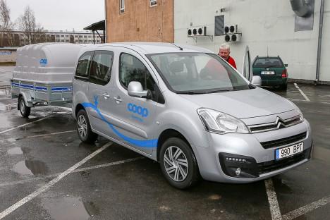 KULUD KONTROLLI ALLA: 31. märtsist kasutab Mati Jõgi oma piirkonna hooldustööde teostamisel transpordiks senise rendisõiduki asemel uut autot Citroën Berlingo. Sõiduki vahetuse tingis soov optimeerida ettevõtte kulusid. Pildil oleva uue kujunduse saavad tulevikus kõik Saaremaa tarbijate ühistu autod.  MAANUS MASING