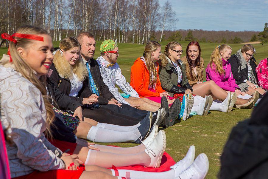Neljapäevalkogunes ligi 80 Kuressaare gümnaasiumi 38. lennu lõpetajat ja nendega seotud seitse õpetajat Kuressaare golfiväljakule, et tähistada viimast koolikella omanäolise aktsiooniga. Nimelt oli traditsioonilise piltniku asemel seekord kohale kutsutud TV3 […]