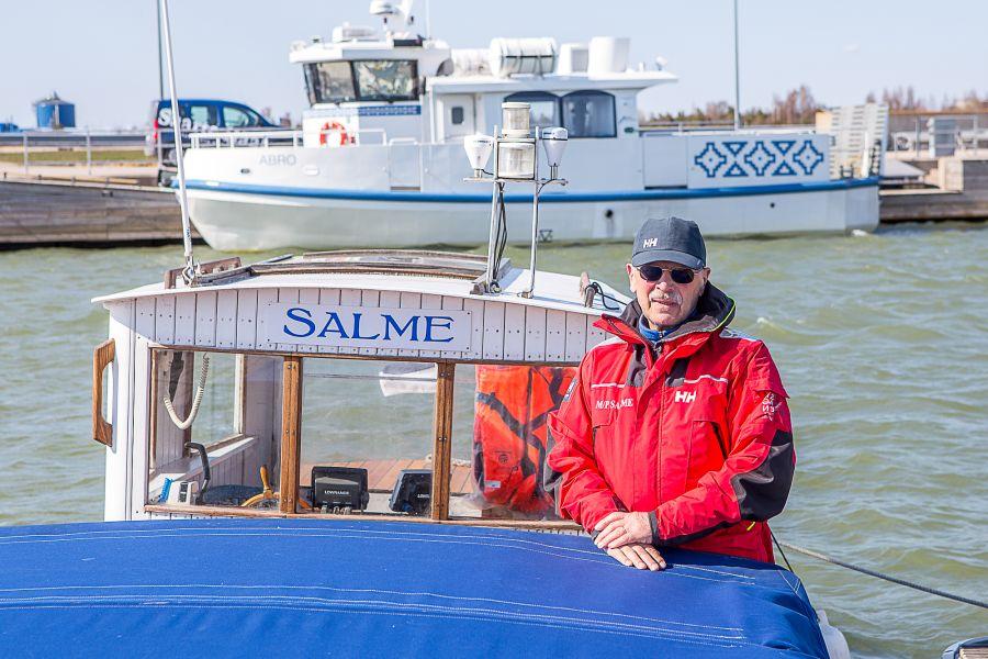 Kuressare linnavolikogu otsustas anda linna teenetemärgi merekultuuri edendajale ja praegu Abruka ja Roomassaare vahel kurseeriva mootorlaeva Salme kipparile Kaarel-Günter Kitile. Loe pikemalt juba homsest Saarte Häälest!