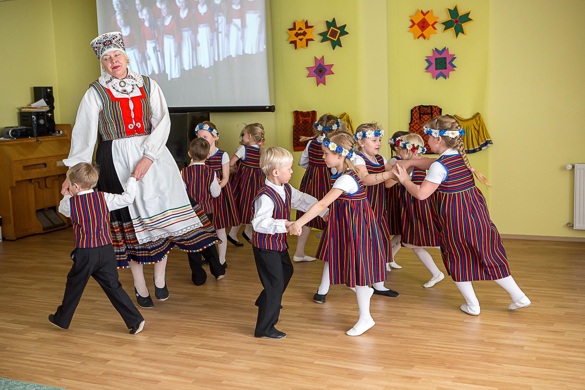 """""""Aga meil oli ju rohkem tantse kui üks,"""" teatas lapsehääl Orissaare lasteaia Päikesekiir saalis rahvusvahelisel tantsupäeval pärast esinemist. Orissaare lasteaias tähistati rahvusvahelist tantsupäeva kontserdiga, kus esinesid nii lapsed ise kui […]"""
