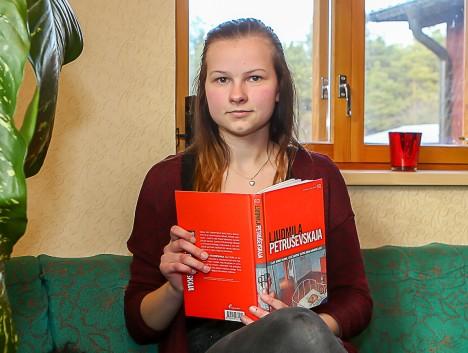 PARASJAGU KÄSIL: Laura Kangur loeb praegu Ljudmila Petruševskaja kogumikku. MAANUS MASING
