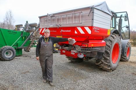 MOODNE AEG: Karl Kirst valmistub põllule minema GPS-süsteemil varustatud väetisekülvikuga. MAANUS MASING