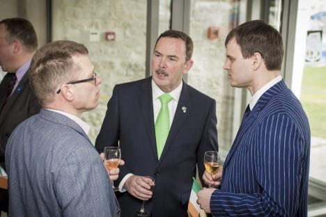 ÜHEL MEELEL: (Vasakult) Iiri suursaadik Frank Flood, Kuressaare linnapea Madis Kallas ja koolijuht Neeme Rand. LAURI SALUVEER
