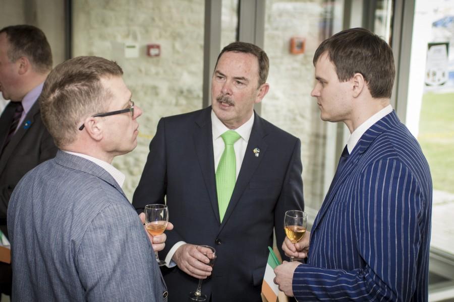 """Eile algas Kuressaare ametikoolis Iiri nädal, mille avas Iirimaa suursaadik Frank Flood.  """"Iirimaal on Eestiga palju ühist. Tähtis on, et kaks väikest riiki hoiaksid kokku,"""" ütles FrankFlood oma tervituskõnes. […]"""