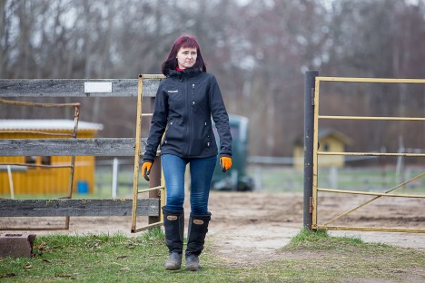 AVALI VÄRAVAL: Mullu aasta klubijuhi tiitliga tunnustatud Kristine Järsk on ka Saaremaa ratsaspordiklubi asutajaliige. MAANUS MASING