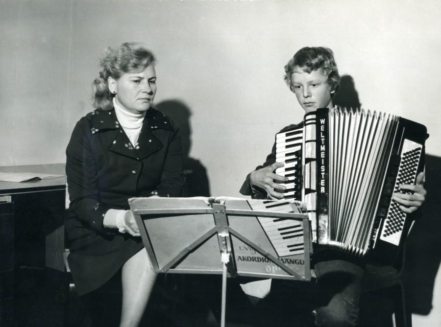 38 aastat Kuressaares ja 11 aastat Abjas lastele akordioni-, kandle- ja klaverimängu õpetanud ning aastakümneid rahvapilliansambleid juhendanud Leida Viira on viimased kolm aastat nautinud pensionipõlve. Kui palju on ligi viiekümneaastase […]