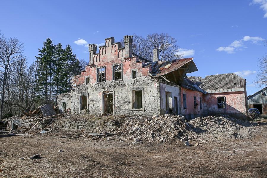 """Muinsuskaitseamet saatis Pihtla vallavalitsusele tänukirja seoses Pihtla mõisa peahoone osalise lammutamisega eelmisel nädalal. """"Kuigi hoone ei ole mälestisena kaitse all, on kindlasti tegu kõrge ajaloolise ja arhitektuurse väärtusega ehitisega, mille […]"""